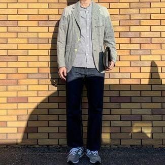 Graue Sportschuhe kombinieren – 481 Herren Outfits: Erwägen Sie das Tragen von einem grauen Leinen Sakko und dunkelblauen Jeans, wenn Sie einen gepflegten und stylischen Look wollen. Wenn Sie nicht durch und durch formal auftreten möchten, vervollständigen Sie Ihr Outfit mit grauen Sportschuhen.