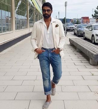Weißes Kurzarmhemd kombinieren – 600+ Herren Outfits: Tragen Sie ein weißes Kurzarmhemd und blauen Jeans für ein Alltagsoutfit, das Charakter und Persönlichkeit ausstrahlt. Komplettieren Sie Ihr Outfit mit dunkelblauen und weißen horizontal gestreiften Segeltuch Espadrilles.