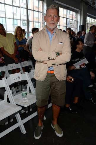 Nick Wooster trägt hellbeige Baumwollsakko, hellblaues Kurzarmhemd, olivgrüne Shorts, olivgrüne Slip-On Sneakers aus Leder