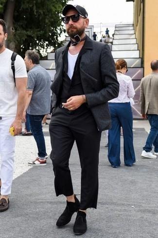 Schwarzes Kurzarmhemd kombinieren: trends 2020: Paaren Sie ein schwarzes Kurzarmhemd mit einer schwarzen Chinohose für ein Alltagsoutfit, das Charakter und Persönlichkeit ausstrahlt. Fühlen Sie sich mutig? Vervollständigen Sie Ihr Outfit mit schwarzen Chelsea Boots aus Wildleder.