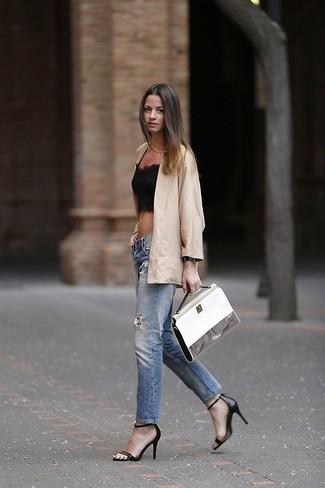 Beige Sakko kombinieren – 136 Damen Outfits: Geben Sie den bestmöglichen Alltags-Stil ab in einem beige Sakko und blauen Jeans mit Destroyed-Effekten. Schwarze Leder Sandaletten sind eine ideale Wahl, um dieses Outfit zu vervollständigen.