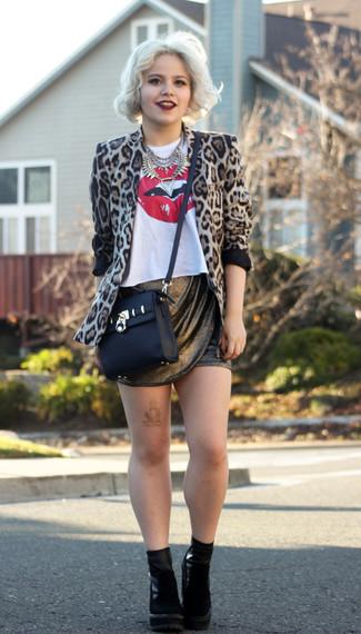 Beige Sakko kombinieren – 136 Damen Outfits: Wenn Sie ein lockeres Outfit erreichen müssen, bleiben ein beige Sakko und ein goldener Minirock ein Klassiker. Schwarze Wildleder Stiefeletten fügen sich nahtlos in einer Vielzahl von Outfits ein.