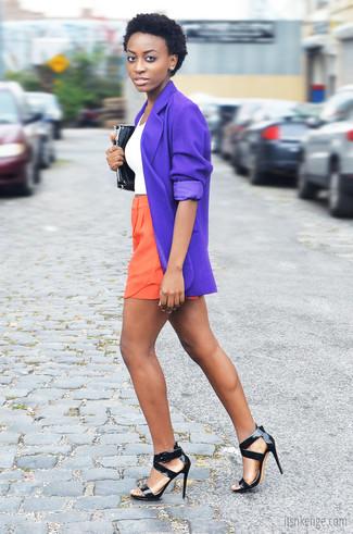 Schwarze Leder Sandaletten kombinieren – 500+ Damen Outfits: Mit dieser Paarung aus einem violetten Sakko und orange Shorts werden Sie die perfekte Balance zwischen einem Trend-Look und modischem Schick schaffen. Schwarze Leder Sandaletten sind eine ideale Wahl, um dieses Outfit zu vervollständigen.