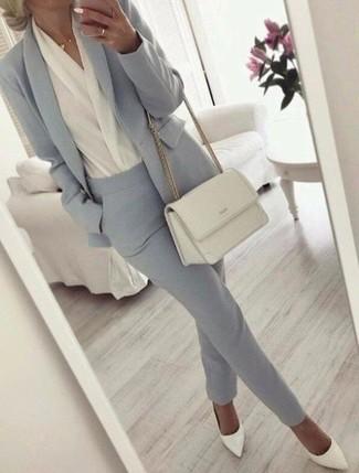 Wie kombinieren: graues Sakko, weiße Langarmbluse, graue Anzughose, weiße Leder Pumps