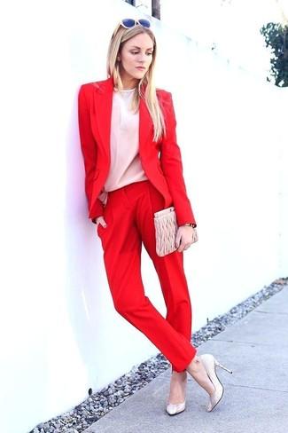 Wie kombinieren: rotes Sakko, weiße Langarmbluse, rote Anzughose, hellbeige Leder Pumps