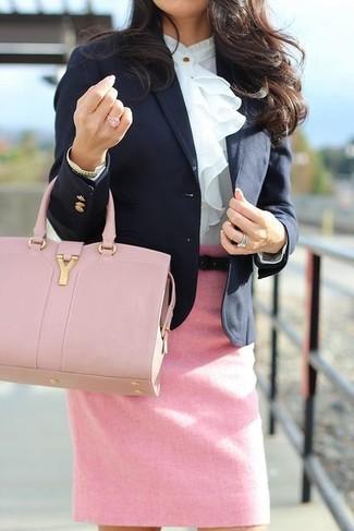 Wie kombinieren: schwarzes Sakko, weiße Langarmbluse mit Rüschen, rosa Bleistiftrock, rosa Shopper Tasche aus Leder