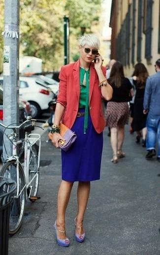 Dunkelbraunen Ledergürtel kombinieren – 54 Elegante Damen Outfits: Tragen Sie ein rotes Sakko und einen dunkelbraunen Ledergürtel, umeinen lockeren Look zu schaffen, der im Kleiderschrank der Frau nicht fehlen darf. Hellviolette Wildleder Sandaletten sind eine großartige Wahl, um dieses Outfit zu vervollständigen.