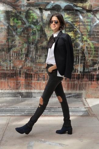 Wie kombinieren: schwarzes Sakko, weiße Langarmbluse mit Rüschen, schwarze enge Jeans mit Destroyed-Effekten, dunkelblaue Wildleder Stiefeletten