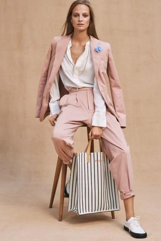 Wie kombinieren: rosa Sakko, weiße Langarmbluse, rosa Karottenhose, weiße und schwarze Leder niedrige Sneakers