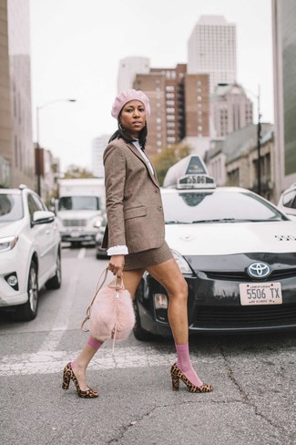Damen Outfits & Modetrends 2020: Wahlen Sie ein braunes Wollsakko mit Karomuster und einen braunen Wollminirock mit Karomuster, um ein glamuröses Casual-Outfit zu erzielen. Beige Pumps aus Kalbshaar mit Leopardenmuster sind eine kluge Wahl, um dieses Outfit zu vervollständigen.