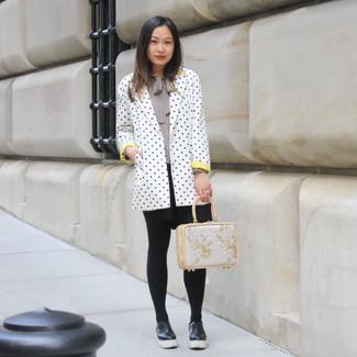 Wie kombinieren: weißes und schwarzes gepunktetes Sakko, graue Langarmbluse, schwarzer Skaterrock, schwarze Leder plateau Slippers