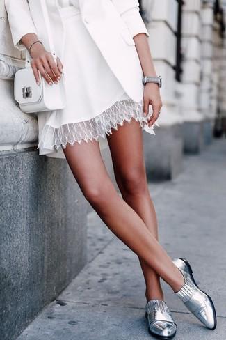 Wie kombinieren: weißes Sakko, weiße Seide Langarmbluse, weißer Skaterrock aus Spitze, silberne Leder Slipper