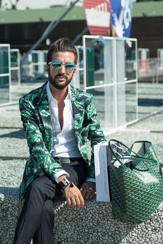 Wie kombinieren: grünes bedrucktes Sakko, weißes Langarmhemd, schwarze vertikal gestreifte Anzughose, grüne Shopper Tasche aus Leder
