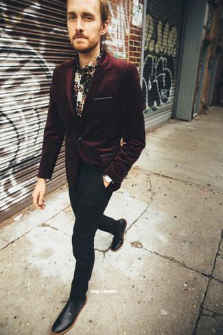 Dunkelrotes Samtsakko kombinieren: trends 2020: Paaren Sie ein dunkelrotes Samtsakko mit einer schwarzen Anzughose für einen stilvollen, eleganten Look. Ergänzen Sie Ihr Look mit schwarzen Leder Derby Schuhen.