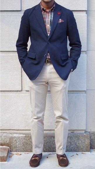 Wie kombinieren: dunkelblaues Sakko, mehrfarbiges Langarmhemd mit Schottenmuster, hellbeige Anzughose, dunkelbraune Wildleder Slipper