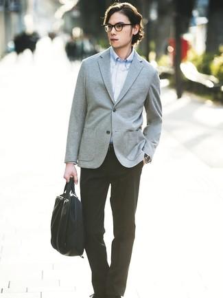 Wie kombinieren: graues Strick Sakko, hellblaues Langarmhemd, schwarze Anzughose, schwarze Segeltuch Aktentasche