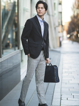 Wie kombinieren: schwarzes Sakko, hellblaues Langarmhemd, graue Anzughose mit Schottenmuster, schwarze Leder Slipper