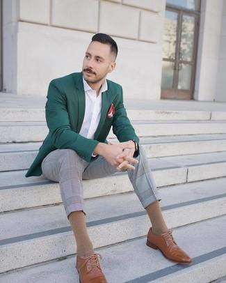 Wie kombinieren: dunkelgrünes Sakko, weißes Langarmhemd, graue Anzughose mit Schottenmuster, beige Leder Brogues