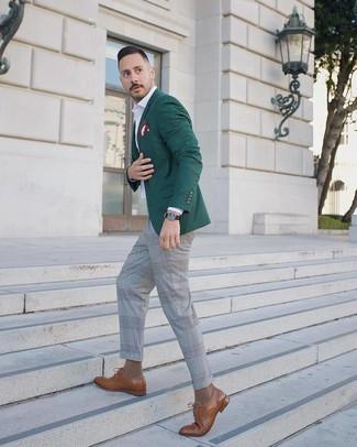 Wie kombinieren: dunkelgrünes Sakko, weißes Langarmhemd, graue Anzughose mit Schottenmuster, braune Leder Derby Schuhe