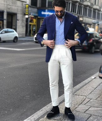 Wie kombinieren: dunkelblaues Sakko, hellblaues Langarmhemd, weiße Anzughose, schwarze Wildleder Slipper