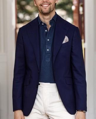 Wie kombinieren: dunkelblaues Sakko, dunkelblaues Chambray Langarmhemd, weiße Anzughose, hellbeige bedrucktes Einstecktuch