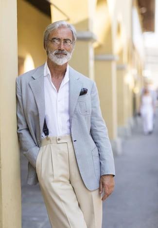 Wie kombinieren: graues Sakko mit Schottenmuster, weißes Langarmhemd, hellbeige Anzughose, dunkelgrünes bedrucktes Einstecktuch