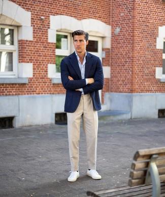 Wie kombinieren: dunkelblaues Wollsakko, hellblaues Langarmhemd, hellbeige Leinen Anzughose, weiße niedrige Sneakers
