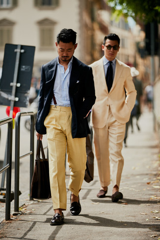 Wie kombinieren: dunkelblaues Sakko, hellblaues vertikal gestreiftes Langarmhemd, beige Anzughose, dunkelbraune Leder Slipper mit Quasten