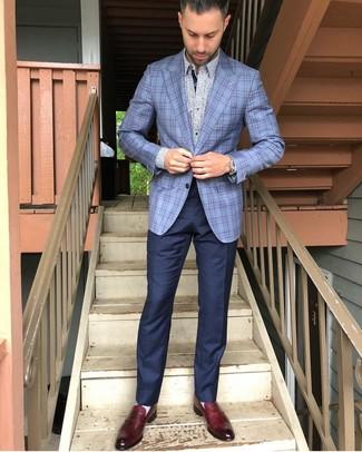 Wie kombinieren: hellblaues Sakko mit Schottenmuster, hellblaues Langarmhemd mit Blumenmuster, dunkelblaue Anzughose, dunkelrote Leder Slipper