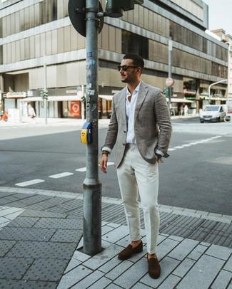 Wie kombinieren: graues Wollsakko, weißes Langarmhemd, weiße Anzughose, dunkelbraune Wildleder Slipper