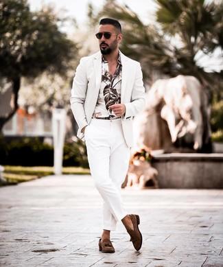 Wie kombinieren: weißes Sakko, weißes bedrucktes Langarmhemd, weiße Anzughose, dunkelbraune Wildleder Slipper mit Quasten