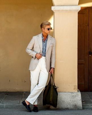 Weiße Anzughose kombinieren: Etwas Einfaches wie die Wahl von einem hellbeige Sakko und einer weißen Anzughose kann Sie von der Menge abheben. Dunkelblaue Leder Slipper mit Quasten sind eine großartige Wahl, um dieses Outfit zu vervollständigen.