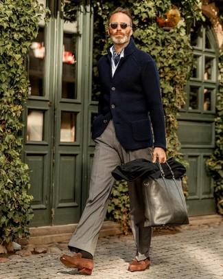 Wie kombinieren: dunkelblaues Strick Sakko, weißes Langarmhemd, graue Anzughose, braune Wildleder Slipper