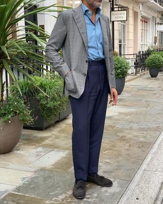Schwarze Wildleder Slipper mit Quasten kombinieren: trends 2020: Kombinieren Sie ein graues Sakko mit Karomuster mit einer dunkelblauen Anzughose für eine klassischen und verfeinerte Silhouette. Schwarze Wildleder Slipper mit Quasten sind eine perfekte Wahl, um dieses Outfit zu vervollständigen.