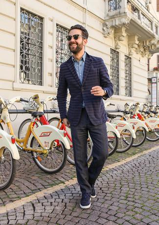 Dunkelgraue Anzughose kombinieren: Kombinieren Sie ein dunkelblaues horizontal gestreiftes Sakko mit einer dunkelgrauen Anzughose, um vor Klasse und Perfektion zu strotzen. Wenn Sie nicht durch und durch formal auftreten möchten, wählen Sie dunkelblauen Wildleder niedrige Sneakers.