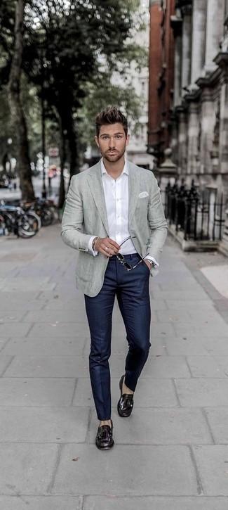 Weißes Langarmhemd kombinieren: Paaren Sie ein weißes Langarmhemd mit einer dunkelblauen vertikal gestreiften Anzughose, um einen eleganten, aber nicht zu festlichen Look zu kreieren. Fügen Sie dunkellila Leder Slipper mit Quasten für ein unmittelbares Style-Upgrade zu Ihrem Look hinzu.