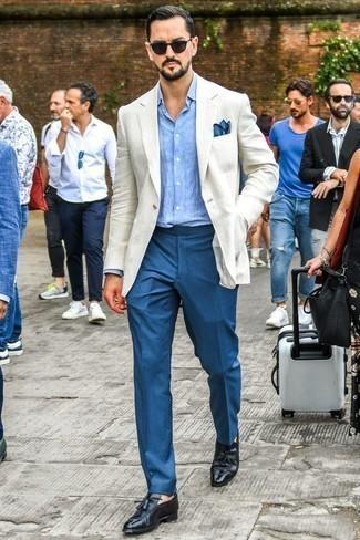 Hellblaues Chambray Langarmhemd kombinieren: trends 2020: Vereinigen Sie ein hellblaues Chambray Langarmhemd mit einer blauen Anzughose, um vor Klasse und Perfektion zu strotzen. Komplettieren Sie Ihr Outfit mit schwarzen Leder Slippern mit Quasten.