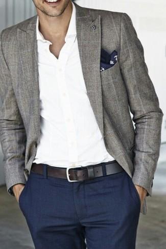 Wie kombinieren: graues Sakko mit Schottenmuster, weißes Langarmhemd, dunkelblaue Anzughose, dunkelblaues und weißes bedrucktes Einstecktuch