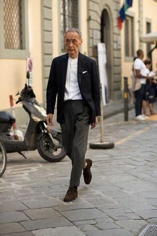 Weißes Langarmhemd kombinieren: trends 2020: Kombinieren Sie ein weißes Langarmhemd mit einer dunkelgrauen Anzughose, um vor Klasse und Perfektion zu strotzen. Suchen Sie nach leichtem Schuhwerk? Ergänzen Sie Ihr Outfit mit dunkelbraunen Chukka-Stiefeln aus Wildleder für den Tag.