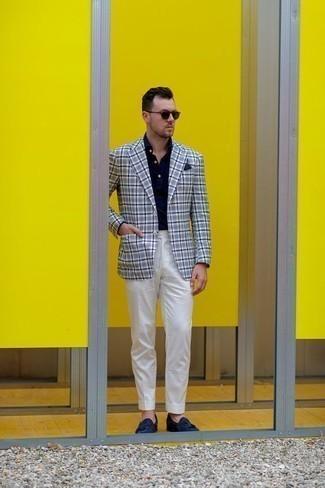 Weiße Anzughose kombinieren: trends 2020: Kombinieren Sie ein weißes und dunkelblaues Sakko mit Schottenmuster mit einer weißen Anzughose für eine klassischen und verfeinerte Silhouette. Dunkelblaue Wildleder Slipper mit Quasten sind eine großartige Wahl, um dieses Outfit zu vervollständigen.