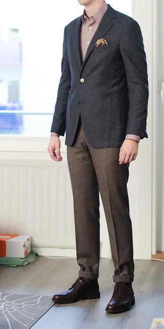 Anzughose kombinieren – 500+ Herren Outfits: Kombinieren Sie ein dunkelgraues Sakko mit einer Anzughose, um vor Klasse und Perfektion zu strotzen. Vervollständigen Sie Ihr Look mit dunkelbraunen Leder Derby Schuhen.