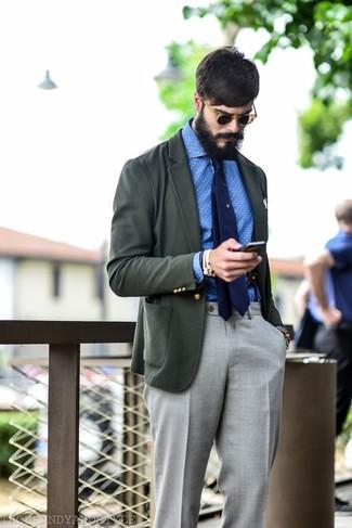 Wie kombinieren: dunkelgraues Sakko, weißes und blaues gepunktetes Chambray Langarmhemd, graue Anzughose, dunkelblaue Krawatte
