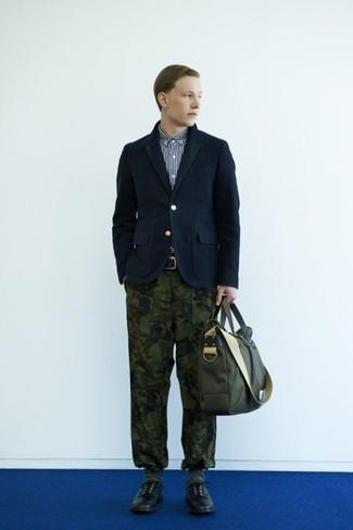 Olivgrüne Segeltuch Aktentasche kombinieren: trends 2020: Ein dunkelblaues Baumwollsakko und eine olivgrüne Segeltuch Aktentasche sind eine kluge Outfit-Formel für Ihre Sammlung. Wählen Sie schwarzen Leder Derby Schuhe, um Ihr Modebewusstsein zu zeigen.