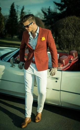 Hellblaues vertikal gestreiftes Langarmhemd kombinieren – 193 Herren Outfits: Vereinigen Sie ein hellblaues vertikal gestreiftes Langarmhemd mit einer weißen Chinohose, um mühelos alles zu meistern, was auch immer der Tag bringen mag. Fügen Sie beige Leder Slipper mit Quasten für ein unmittelbares Style-Upgrade zu Ihrem Look hinzu.
