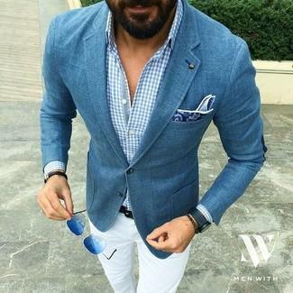 Wie kombinieren: blaues Sakko, hellblaues Langarmhemd mit Vichy-Muster, weiße Chinohose, blaues Einstecktuch mit Paisley-Muster