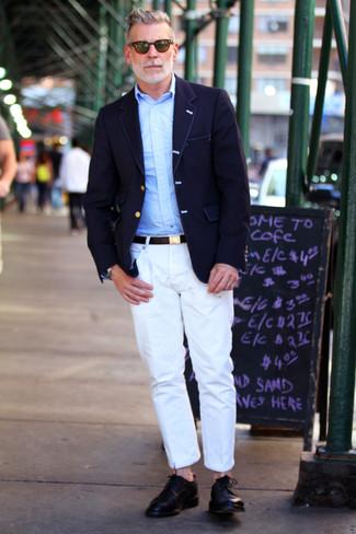 Nick Wooster trägt Dunkelblaues Sakko, Hellblaues Langarmhemd, Weiße Chinohose, Schwarze Leder Derby Schuhe