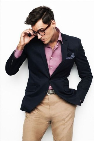 dunkelblaues Sakko, rosa Langarmhemd, beige Chinohose, weißes Einstecktuch mit Vichy-Muster für Herren