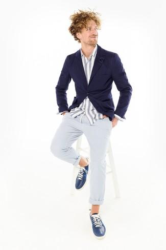 Wie kombinieren: dunkelblaues Sakko, weißes und blaues vertikal gestreiftes Chambray Langarmhemd, hellblaue Chinohose aus Seersucker, dunkelblaue Leder niedrige Sneakers