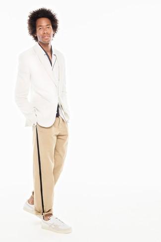Wie kombinieren: weißes Sakko, weißes Langarmhemd, beige Chinohose, weiße Leder niedrige Sneakers