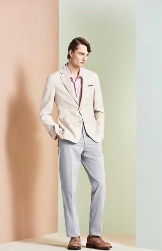 Wie kombinieren: hellbeige Sakko, rosa Langarmhemd mit Blumenmuster, graue Chinohose, braune Leder Brogues